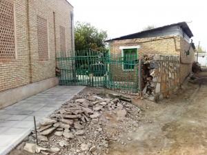 В правой части Портала вновь возведен забор, на площади  24 квадратных метра выложенный кирпичами под расшивку